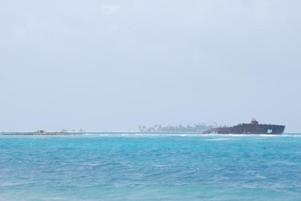 San Andrés, mar cristalino azul con barco encayado. Salir del camino más transitado